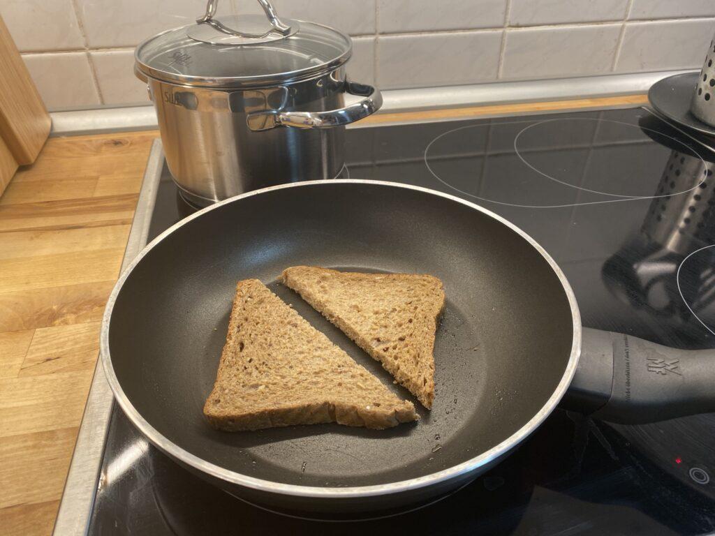 Французский завтрак – тост с пюре из авокадо и яйцом пашот