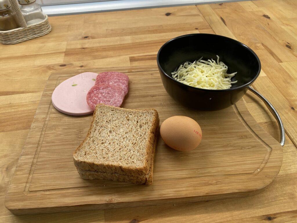 Горячие бутерброды c колбасой и сыром