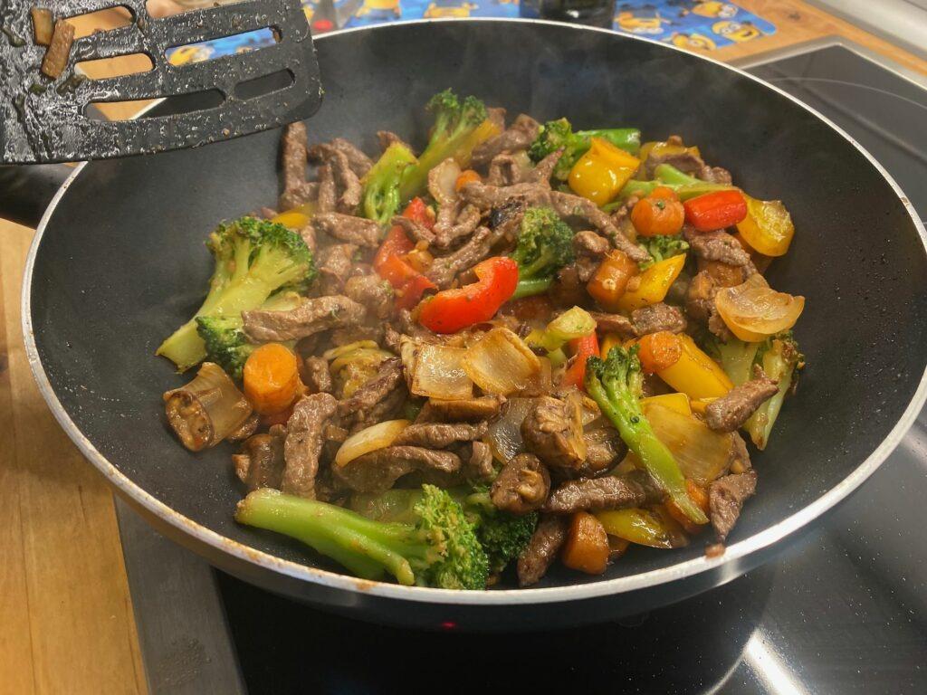 Вок с говядиной и овощами