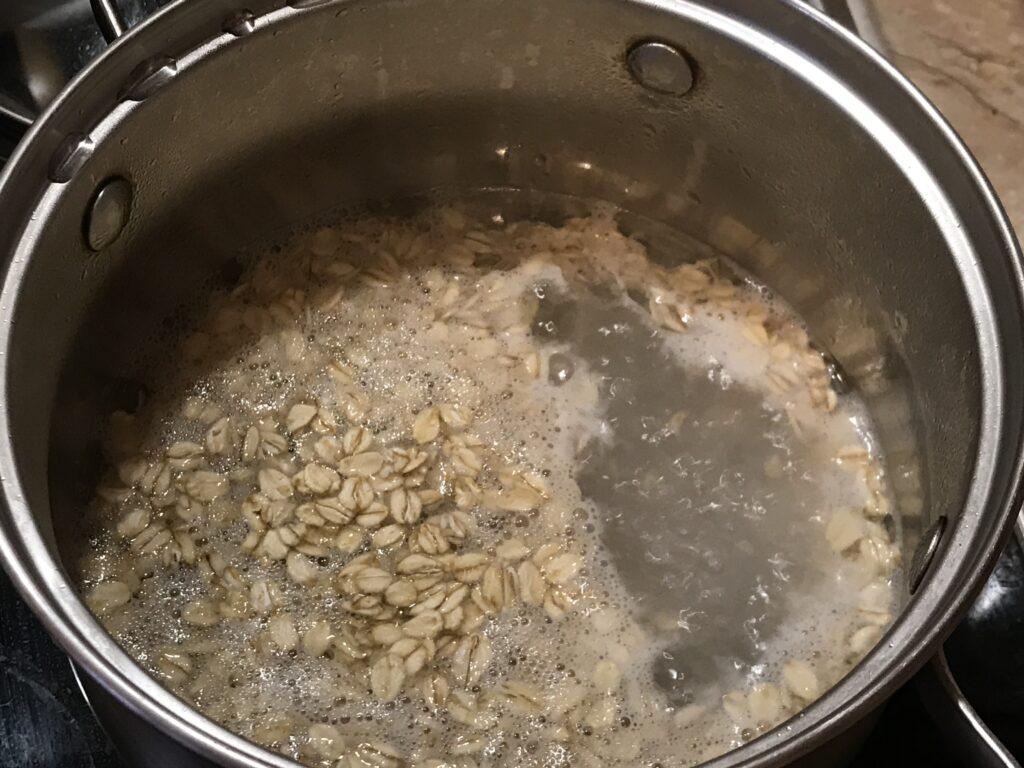 Овсяная каша с кокосовым маслом, изюмом и чиа