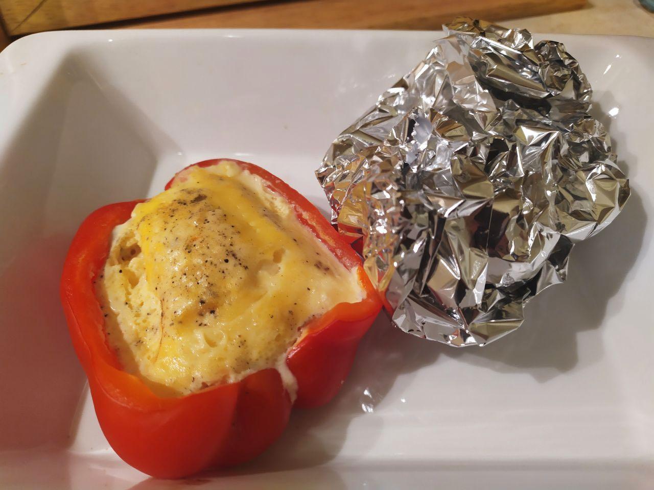Яйца с сыром запеченные в перце