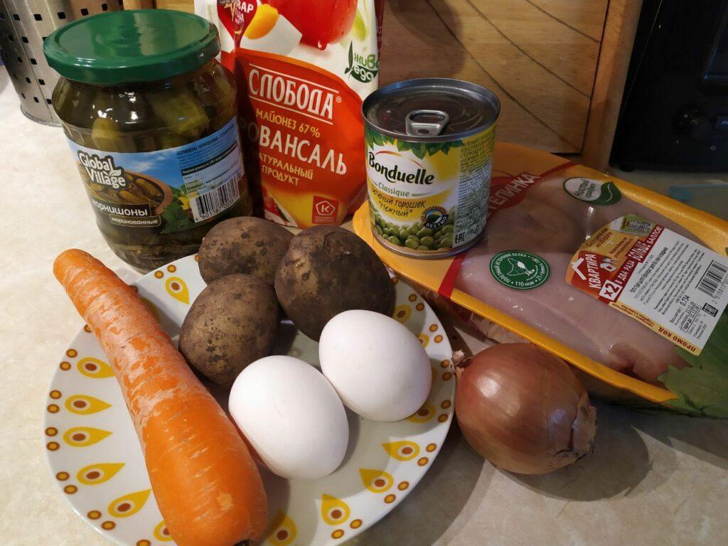 Оливье с куриной грудкой и маринованными огурцами