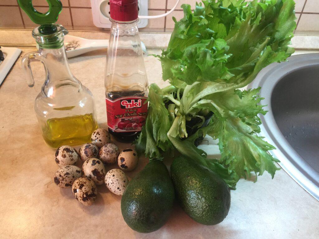 Зелёный салат с авокадо и перепелиными яйцами
