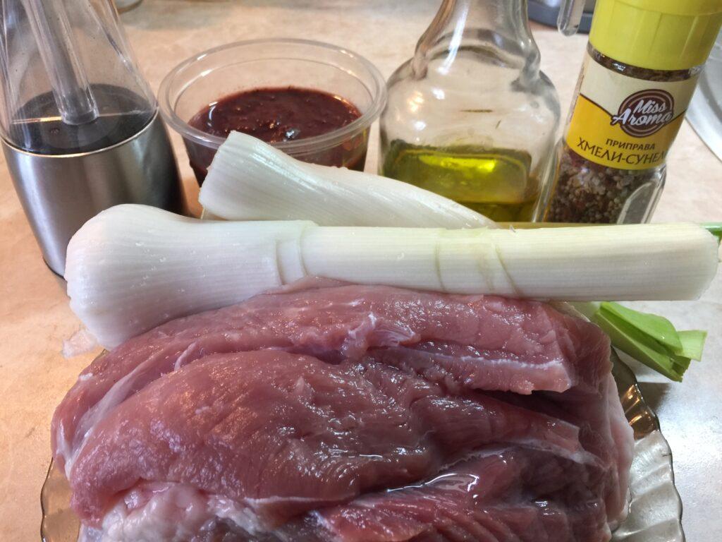 Свинина с луком в сливовом соусе