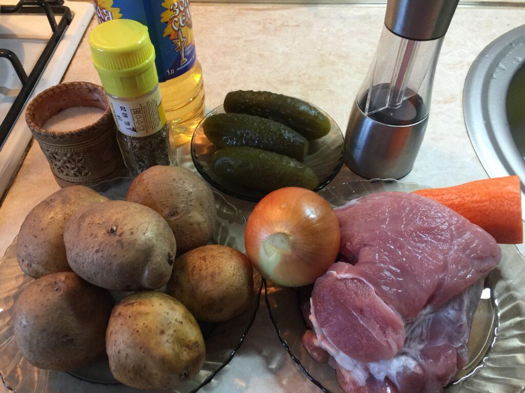 Жаркое с соленым огурцом в горшочках